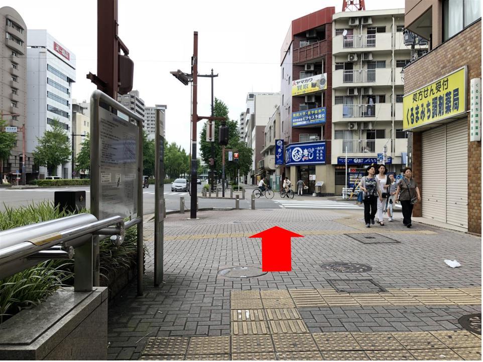1番出口を出て、正面(名古屋) 西方向へまっすぐ進みます。