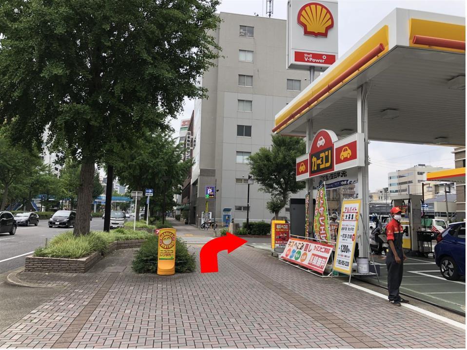 しばらく直進して、ガソリンスタンド先の角を右に曲がります。