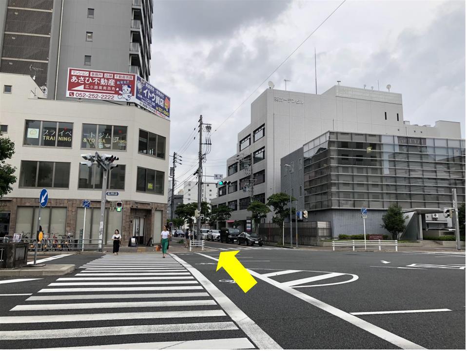 2番出口の階段を昇ったら、左手目の前の「葵町」交差点を桜通り方向(北方向)へ横断します。