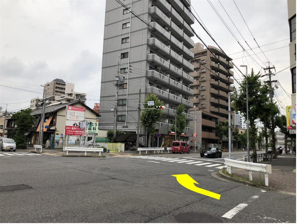 しばらく直進し、桜通りも越えていくと、「横代官」交差点があり、クリーニング屋さんの角を右折(東方向)します。